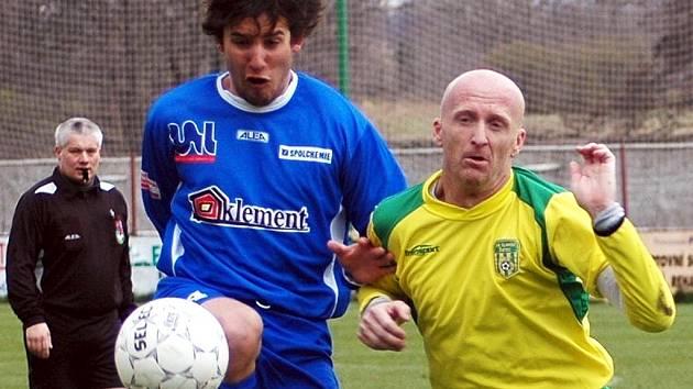 Kapitán Slavoje Žatec Martin Oppel (vpravo) neúnavně burcoval v sobotu své spoluhráče do ofenzivy a ve svých 40 letech opět patříl k největším oporám mužstva.