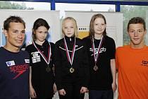 Jitka Hornofová (uprostřed s jednou ze zlatých medailí) zapózovala s ostatními úspěšnými plavci. Například s českým olympionikem Janem Mickou (zcela vpravo).