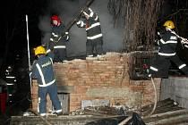 Hasiči zasahují u požáru kůlny v Lenešicích