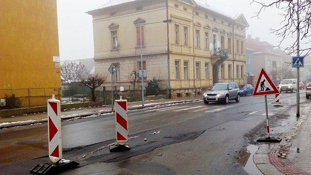 Průjezd ulicí Volyňských Čechů v Žatci připomíná spíš slalom než bezpečnou jízdu