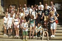Společná fotografie účastníků setkání na schodech Chrámu sv. Mikuláše v Lounech.