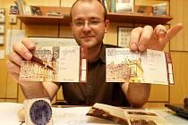 Ředitel muzea Jiří Kopica ukazuje nové vstupenky a moderní propagační materiály.