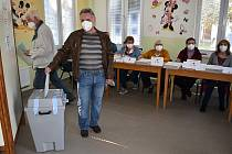 Volební místnost sedmého volebního okrsku v Žatci.