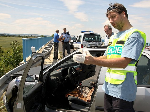Policie prohledala auto