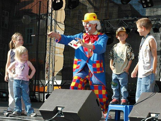 Děti s kouzelníky v programu Rock for Žatec 2007.