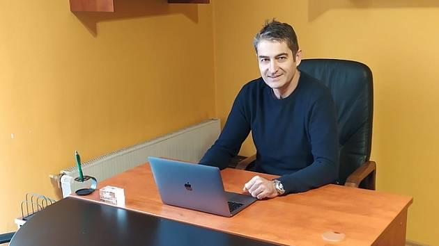 Nově zvolený senátor Ivo Trešl ve své nové lounské kanceláři.