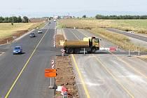 Při pohledu ve směru na Chomutov je patrné, jak bude rychlostní silnice R7 krátce za křižovatkou se silnicí I/27 pokračovat. Nynější silnice se rozšíří o dva pruhy, vpravo povede úplně nová doprovodná komunikace.
