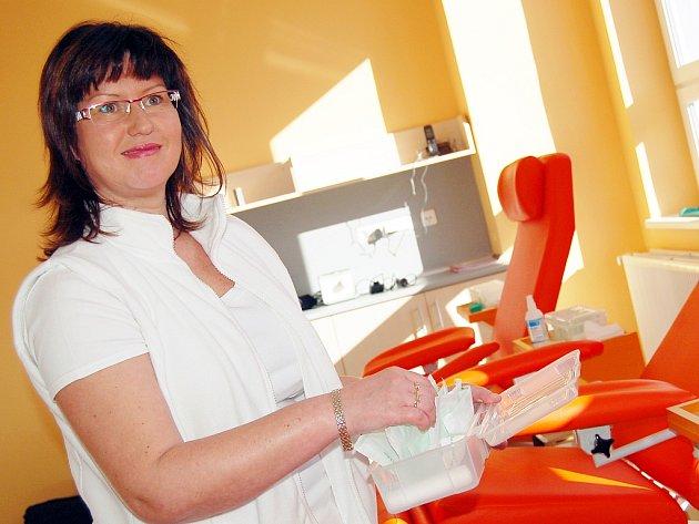 Hana Neugebauerová připravuje potřeby pro odběr krve v transfúzním odběrovém centru na žatecké  poliklinice, které se otevřelo před půl rokem.