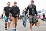 Fanoušci a účinkující na zahajovacím dni festivalu Open Air v Panenském Týnci. Třídenní program trvá od čtvrtka do soboty, čeká se účast až 25 tisíc lidí.