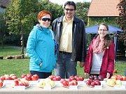 Návštěvníci výstavy si prohlížejí ovoce na zahradě Křížovy vily
