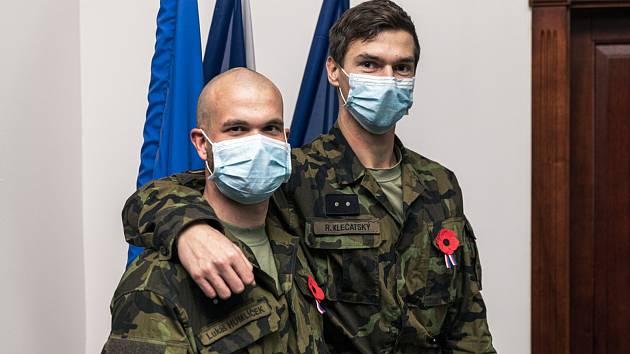 Desátník Lukáš Humlíček a desátník Radek Klečatský byli oceněni plaketou za Záchranu lidského života.