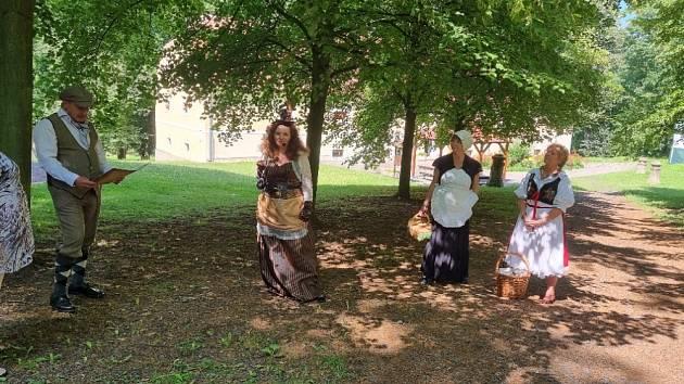 V parku zámku Peruc probíhají kostýmové procházky.