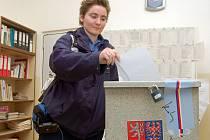 Branislava Bakošová vhazuje obálku s lístkem do urny v budově zvláštní školy v Žatci při volbách do Evropského parlamentu.