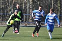 Úvodní utkání tradičního zimního turnaje v Postoloprtech obstarali fotbalisté Chlumčan (zelenočerní) a Nového Sedla (modrobílí).