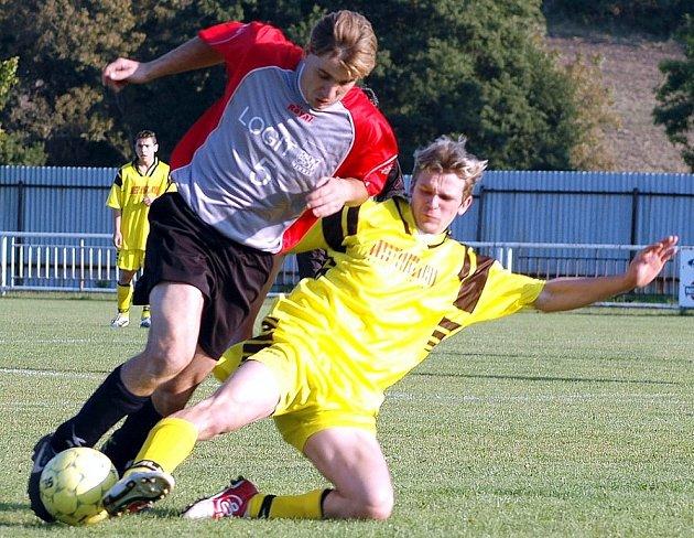 Krásnodvorský Miroslav Kastl padá při souboji s hříškovským Vladimírem Kabourkem v utkání, v němž domácí uhráli první podzimní  bod za plichtu 0:0.