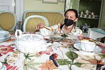 Pro návštěvníky chystají na zámku v Krásném Dvoře novinky také v expozici. Proměny se dočká letní jídelna, vznikne tam sladký salon. Na snímku kastelánka Michaela Hofmanová.