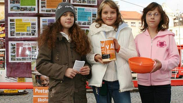 Tereza Hošková, Dominika Peterková a Markéta Frélichová vybírají příspěvky pro africké děti na náměstí v Lounech.