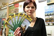 Mirka Suková z Informačního centra v Lounech ukazuje měsíčník
