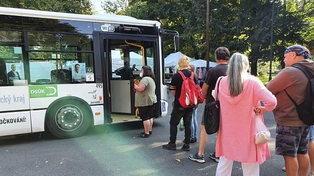 Očkovací autobus v Lounech. Archivní foto