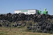 V areálu zkrachovalé společnosti Hargo u Žatce zůstaly haldy pneumatik.