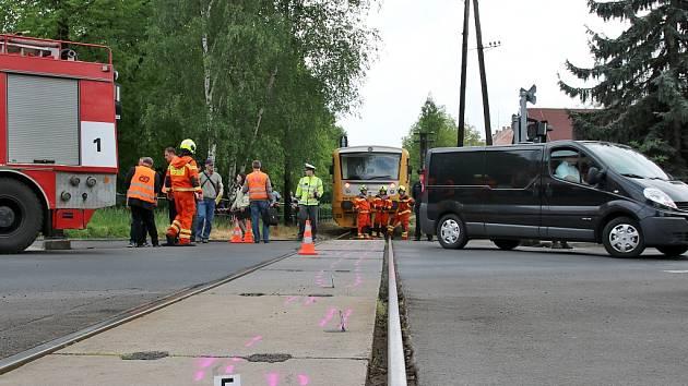 Na přejezdu v Husově ulici v Lounech přišla ve středu 11. května o život žena. Srazil ji vlak