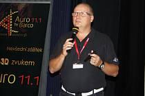 Jan Konopásek, specialista firmy Xtreme Cinemas, hovoří k odborníkům a novinářům, pozvaným na slavnostní spuštění systému.