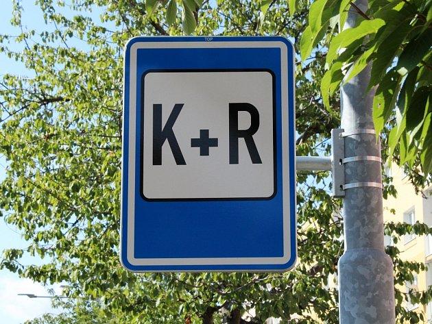 Dopravní značka K + R je vMostě nově vulici Obránců míru u11. základní školy.