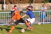 Lounští fotbalisté (v oranžovém) nezvládli důležitý zápas se Slaným a v domácím prostředí zůstali bez bodu.