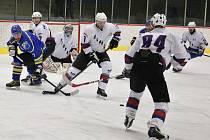 Finálové utkání Slovanu Louny (v bílém) proti Roudnici. V něm sice lounští hokejisté neuspěli, kvůli ekonomickým problémům Roudnice ale postoupil z ústeckého přeboru do kvalifikace o 2. ligu Slovan.