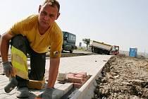 Marek Pazderník staví chodník u vznikajícího kruhového objezdu