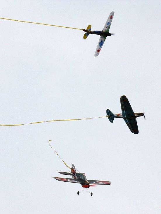 Modeláři se sešli v Dobroměřicích, aby se poměřili při leteckých soubojích