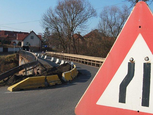 Most v Očihově na Podbořansku je kvůli havarijnímu stavu zčásti uzavřen. Řidiči jedoucí do obce si tedy musí dát pozor, kdo má v tomto úseku přednost.