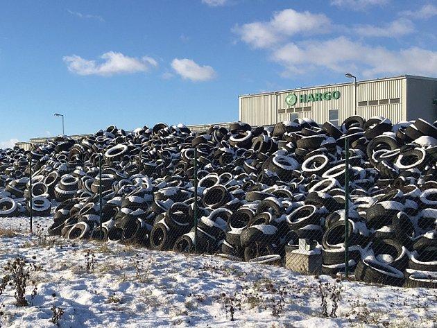 Vprůmyslové zóně Triangle řešila ČIŽP protizákonné uskladnění pneumatik srizikem poškození životního prostředí.