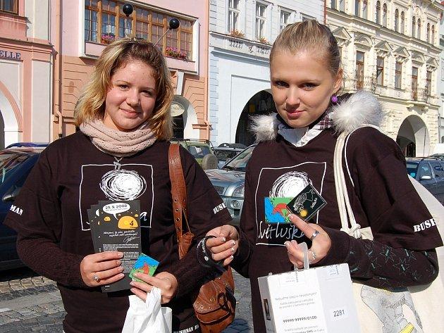 Na žateckém náměstí Svobody lidé k magnetkám nebo náramkům dostali i úsměv od Lenky Šajnerové (vlevo) a Martiny Heischmannové.