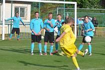 Fotbalisté Žatce (ve žlutém) po zlepšeném výkonu ve druhém poločase otočili utkání s Jiřetínem a zaslouženě zvítězili.
