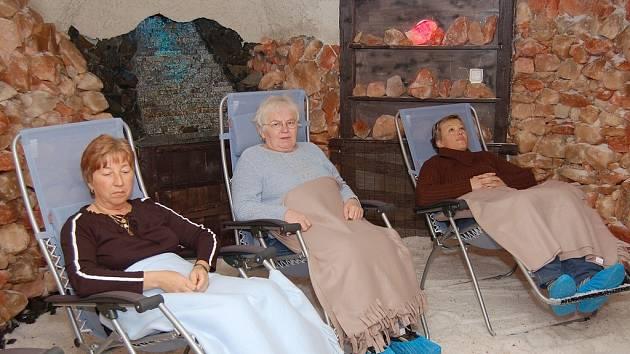 Olga Kovaříková, Anna Radovská a Štefanie Komendová (zleva) relaxují v solné jeskyni.