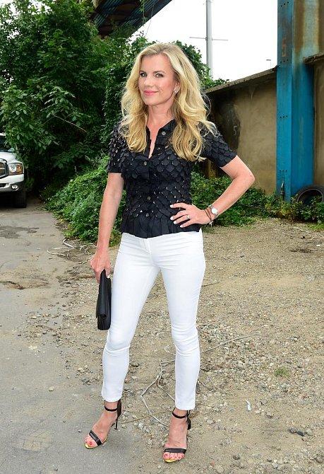 Leona má krásné ženské tvary, které se nezdráhá ukázat světu. A to zcela bez problémů v bílých džínách, které jsou mňam, střevíčkám také tleskáme a košile se zajímavým střihem je nepřehlédnetulná!