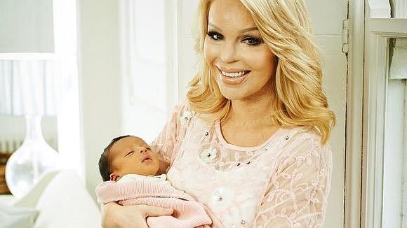 Katie před třemi roky se svou novorozenou dcerou.