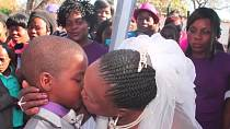 Nesměl chybět ani první manželský polibek