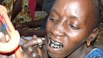Krvavé a bolestivé rituály - tetování dásní načerno