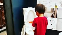 Chlapci se zachtělo na záchod v prodejně hobby marketu.