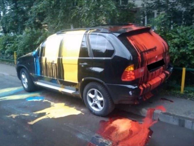 Když nechcete nic psát, tak na auto rovnou vylijete barvu. Nebo dvě.