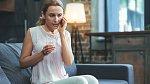 Žena v menopauze se cítí sama, potřebuje být ve spojení.