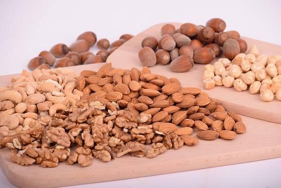 Ořechy, mandle a různá semínka obsahují zdraví prospěšné oleje a jsou bohaté i na vlákninu