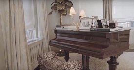 Na piano hraje od dětství, ačkoli v posledních letech na něj nemá tolik času, kolik by jí vyhovovalo.