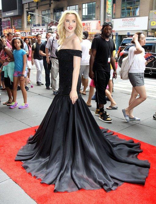 A takhle to sluší Scarlettině voskové figuríně v ulicích New Yorku.