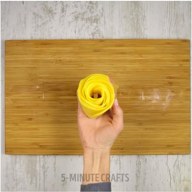 Takto připravené brambory vložte do malých zapékacích misek, nebo formiček na muffiny.