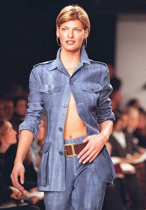 Linda Evangelista na přehlídce v roce 1996
