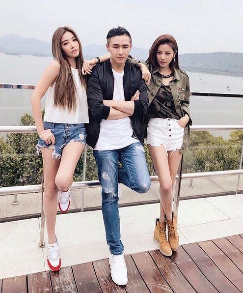 Lure Hsu při práci na módní kampani s kolegy, kteří jsou o generaci mladší...