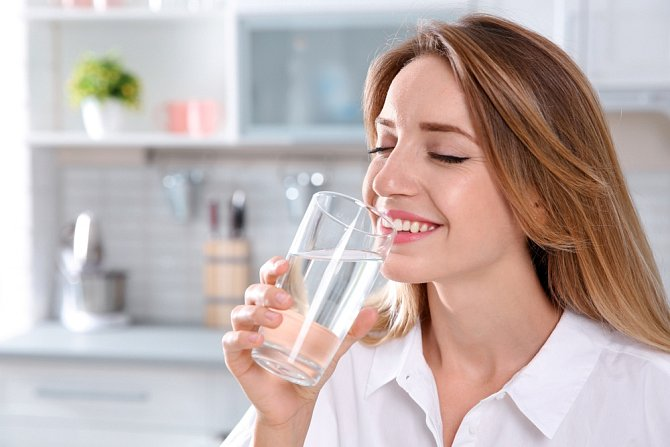 Dostatečný pitný režim zaručí rtům potřebnou hydrataci.